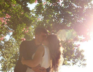 kissing-1149918_1920